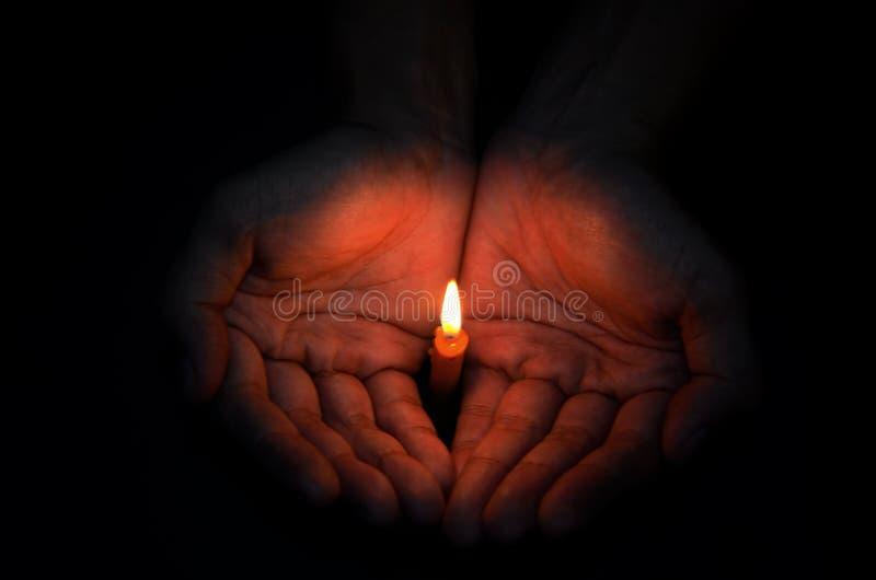 手中蜡烛的光 库存照片