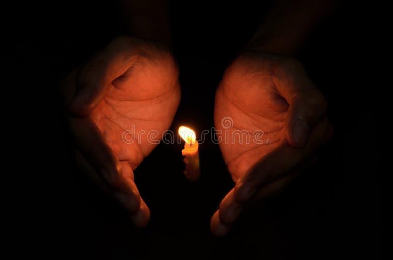 手中蜡烛的光 免版税库存照片