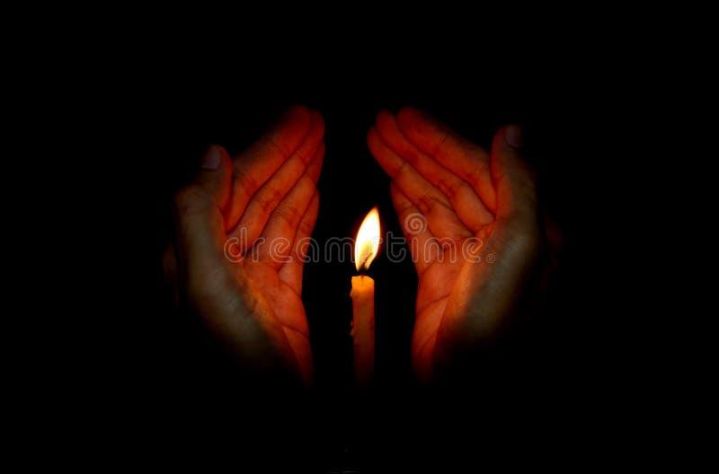 手中蜡烛的光 免版税库存图片