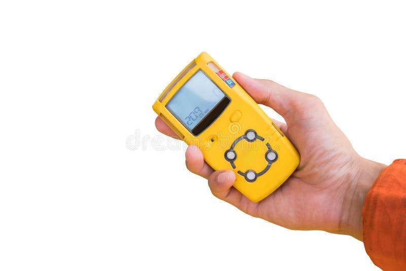 手举行检查气体泄漏孤立的气体探测器在白色 免版税图库摄影