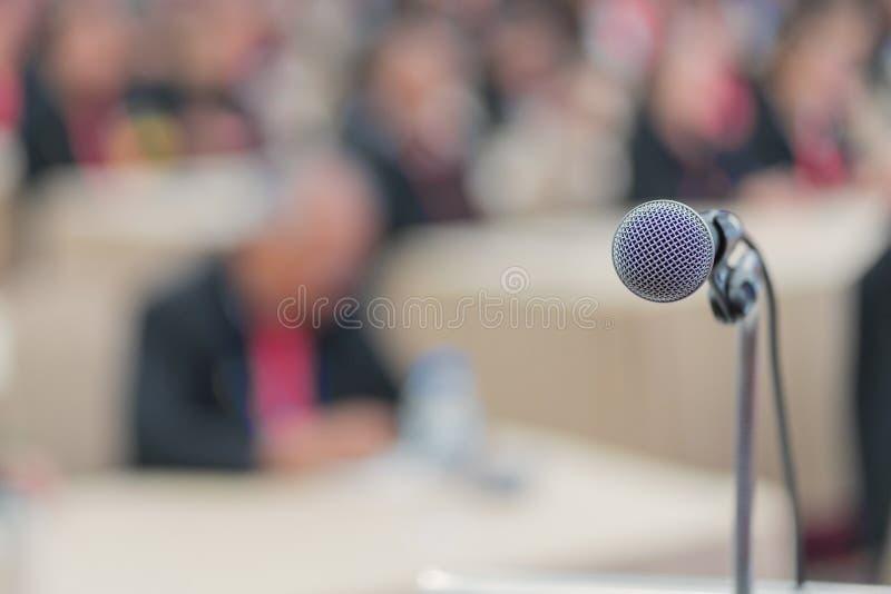 手举行话筒在会议的候选会议地点 免版税库存图片