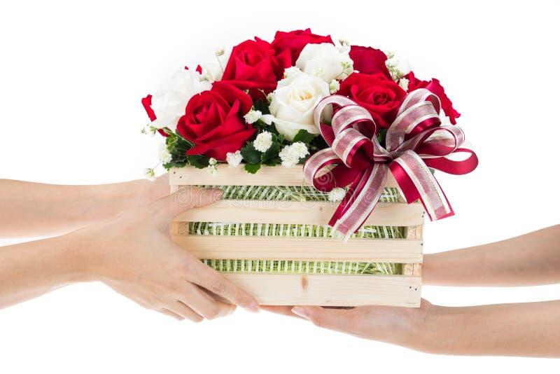 手交付红色和白色玫瑰花篮子  库存照片