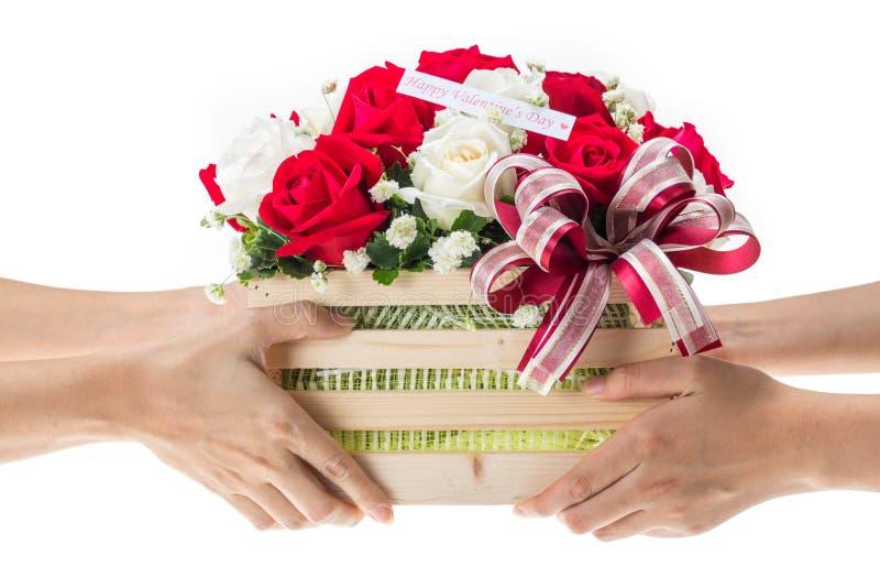 手交付红色和白色玫瑰花篮子  免版税库存图片