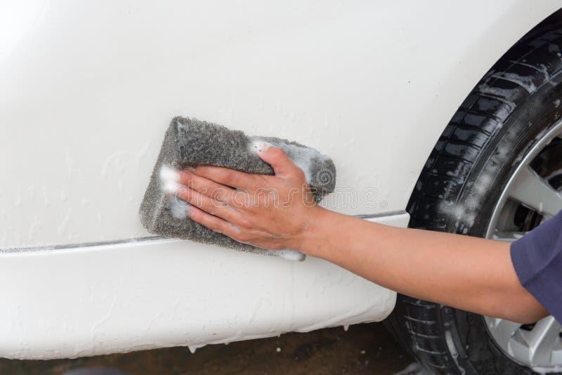 手人工作者洗涤的汽车 库存图片