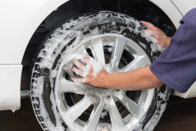 手人工作者洗涤的汽车 免版税库存图片
