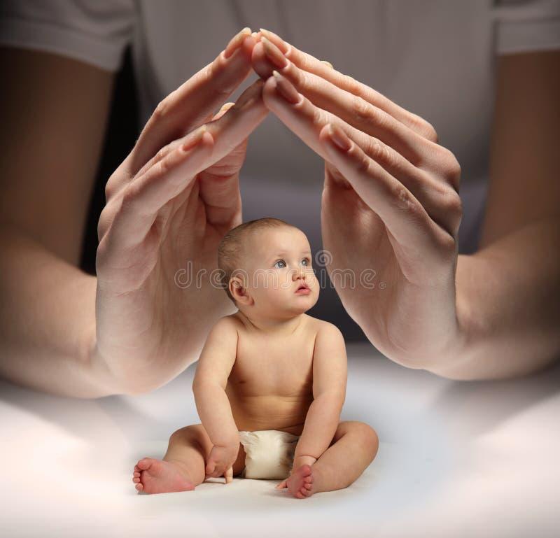 手保护孩子 免版税库存图片
