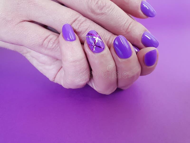 手修剪紫罗兰色波兰时髦最小设计纸时兴的魅力 免版税图库摄影