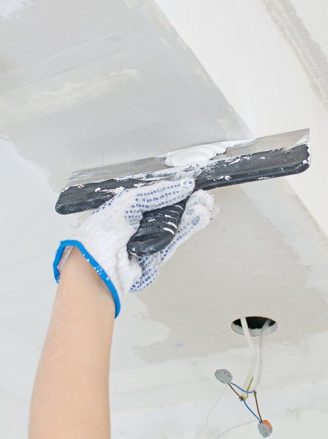 手修理石膏石膏板框架 库存图片