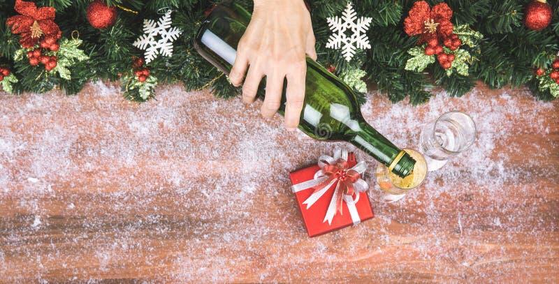 手倒香槟对玻璃,圣诞节装饰在bor 库存图片