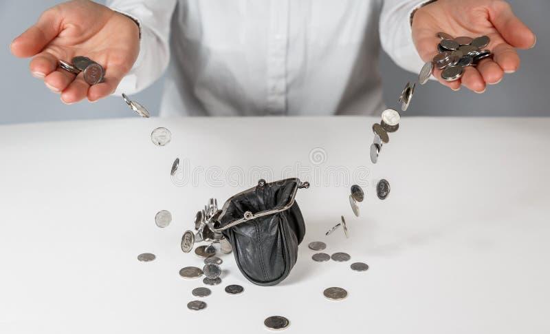 手倾吐掉下来在钱包里的硬币 免版税图库摄影