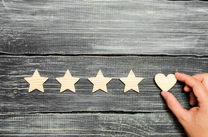 手全力以赴对四星 买家选择  普遍公认和倾慕 旅馆或餐馆的规定值 免版税库存图片