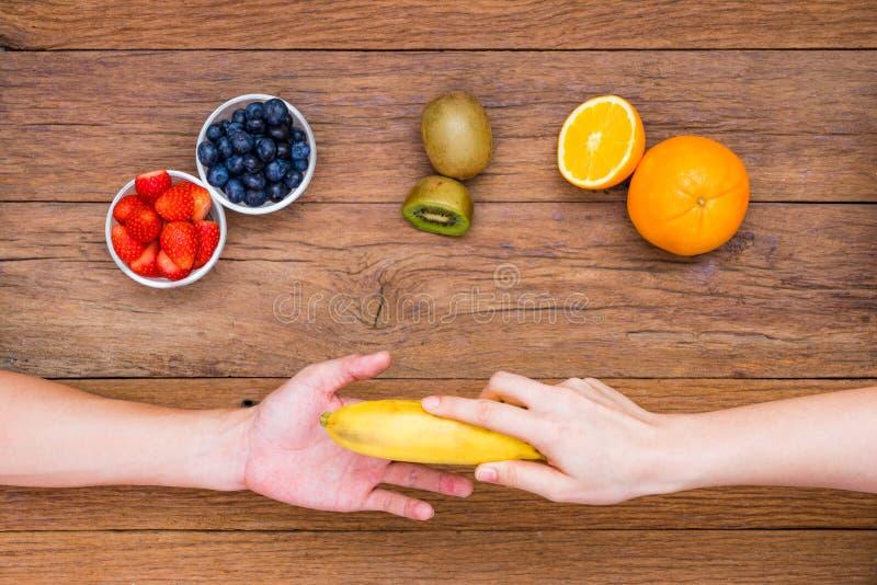 手公平交易香蕉 免版税图库摄影