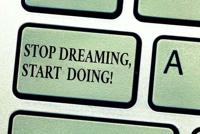 手写作起动做的文本中止 概念意思放您的梦想入行动实现它键盘键 免版税库存图片