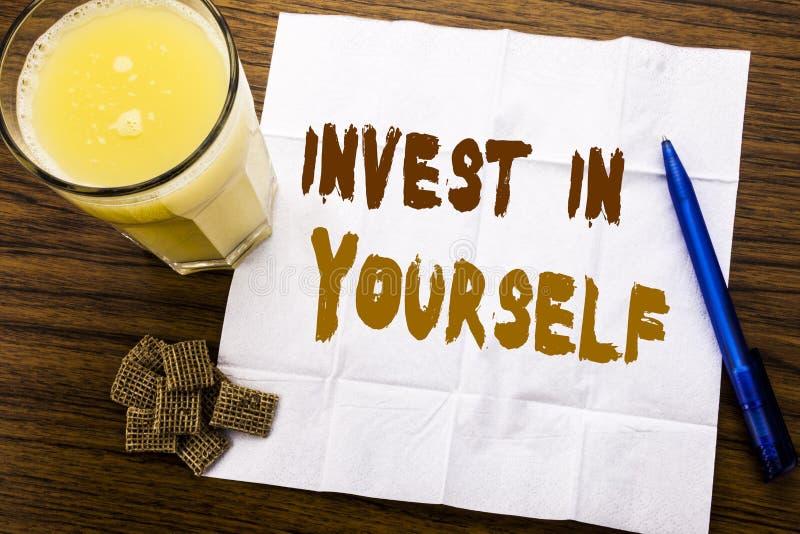 手写公告文本陈列在你自己投资 在木头的薄纸写的自已刺激的企业概念 库存图片