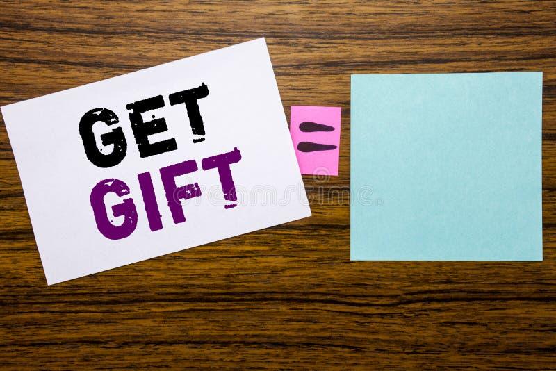 手写公告文本陈列得到礼物 在木ba的稠粘的便条纸写的自由Shoping优惠券的企业概念 免版税库存照片