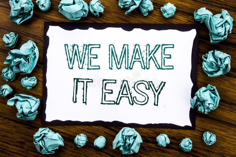 手写公告文本陈列我们使它容易 帮助在稠粘的便条纸写的质量解答的企业概念, wo 免版税图库摄影