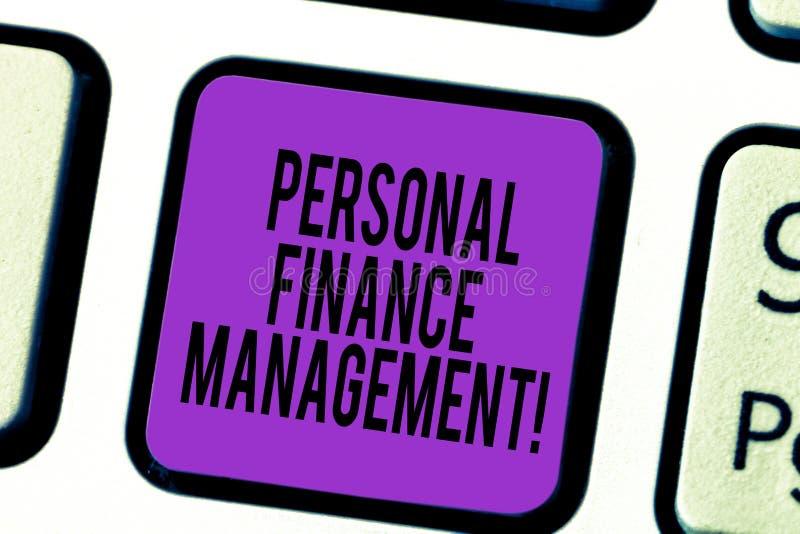 手写文本个人理财管理 概念意思analysisaging的收入、费用和投资键盘键 库存图片