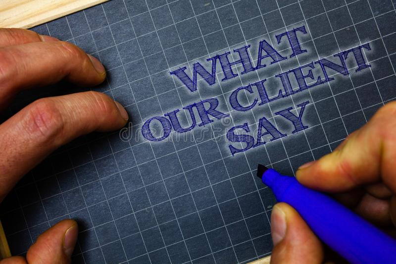 手写文本什么我们的客户说 概念意思用户反映或观点关于产品服务纸蓝色背景gr 免版税库存图片