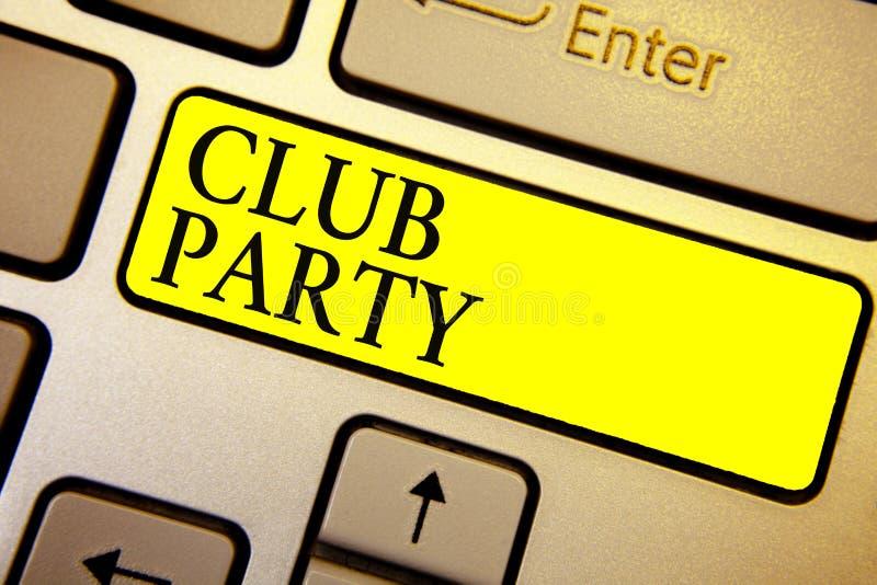 手写文本俱乐部党 意味社会汇聚的概念在是不拘形式的,并且可能有饮料键盘黄色钥匙的地方 免版税库存照片