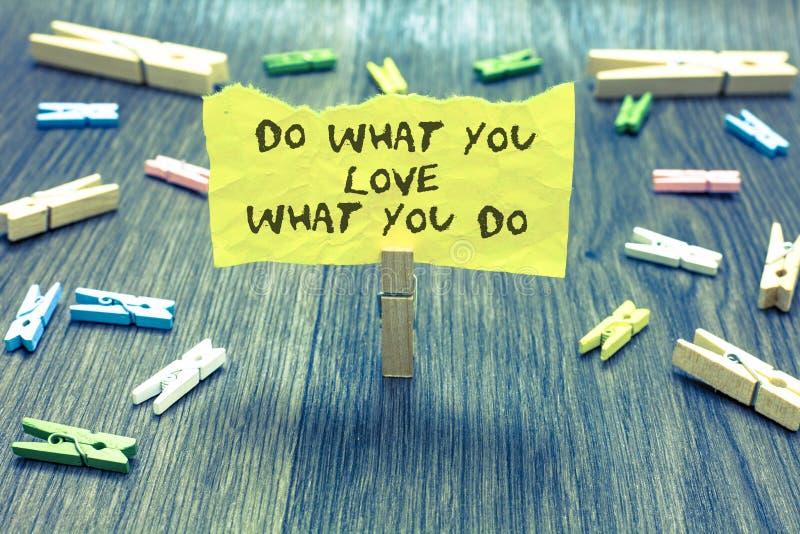 手写文本做什么您爱什么您 概念意思做激发自己激情纸夹举行书面t的事 免版税库存图片