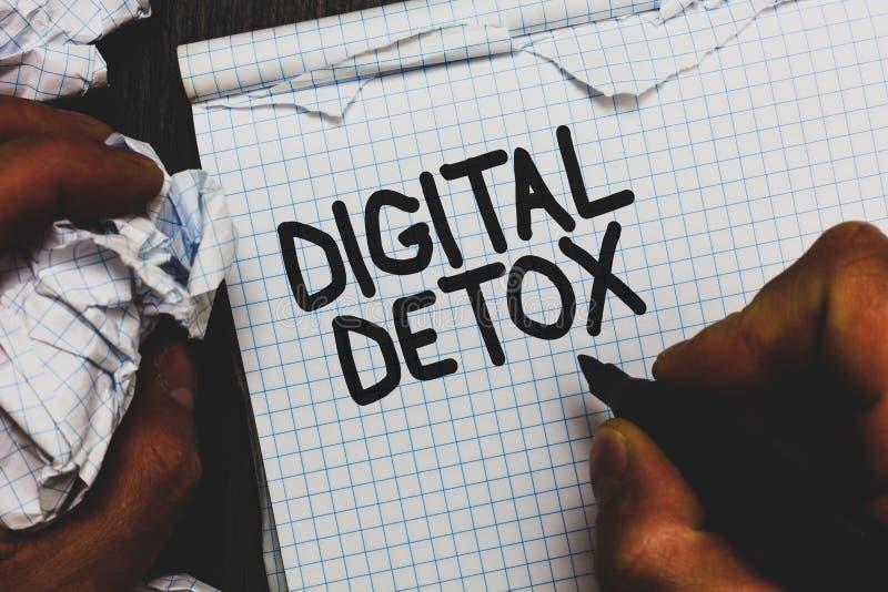 手写文本数字式戒毒所 免于意味电子设备断开的概念再联接拔去了拿着标志的人没有 库存图片