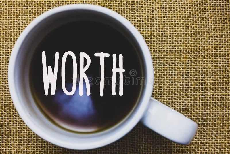 手写文本文字价值 概念个人和财政意义重要性杯子咖啡想法的意思测量 免版税库存照片