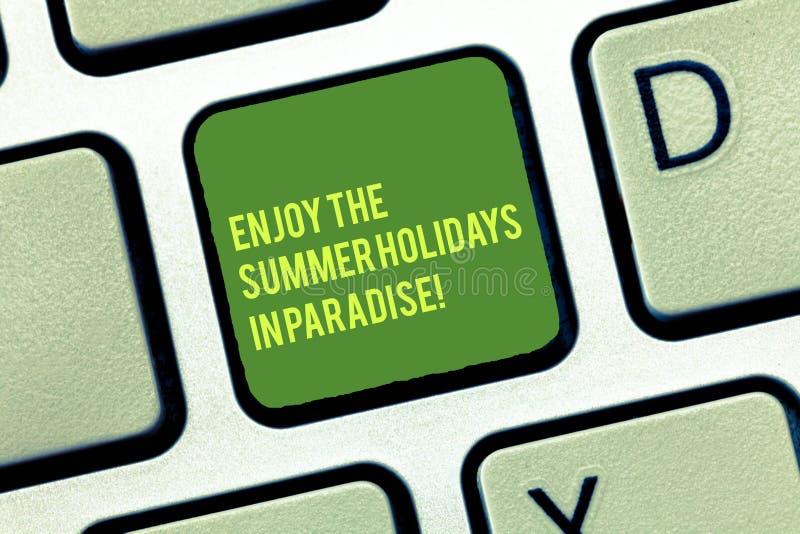 手写文本文字在天堂享受夏天休假 概念意思是节日的美好的地方 免版税库存照片