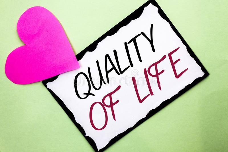 手写文本文字生活水平 意味好生活方式幸福令人愉快的片刻福利的概念写在白色S 免版税库存图片