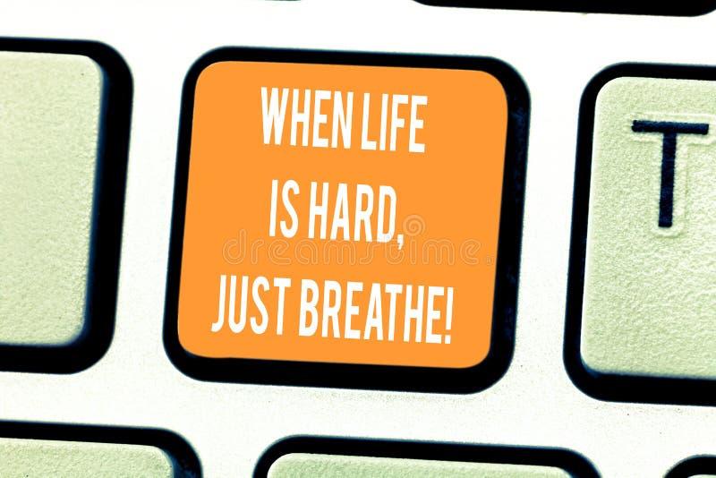 手写文本文字,当生活艰苦是呼吸 概念意味休假克服困难键盘 库存图片