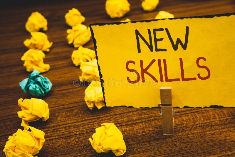 手写文本新的技能 意味最近获取的博学的能力知识CompetencesClothespin的概念举行黄色pa 库存图片