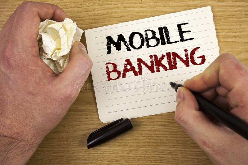 手写文本流动银行业务 意味网上现款支付和交易真正银行的概念发短信给两个没有词的白皮书 免版税库存照片