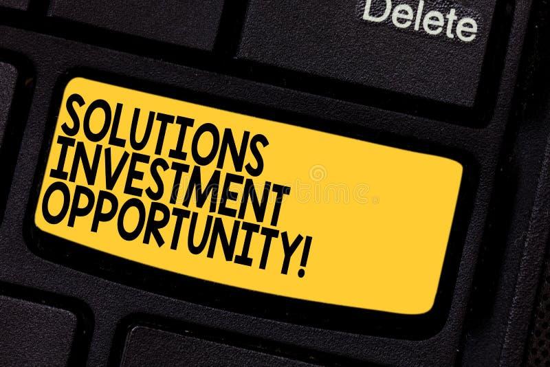 手写文本解答投资机会 意味战略的概念在承担企业键盘键前 免版税图库摄影