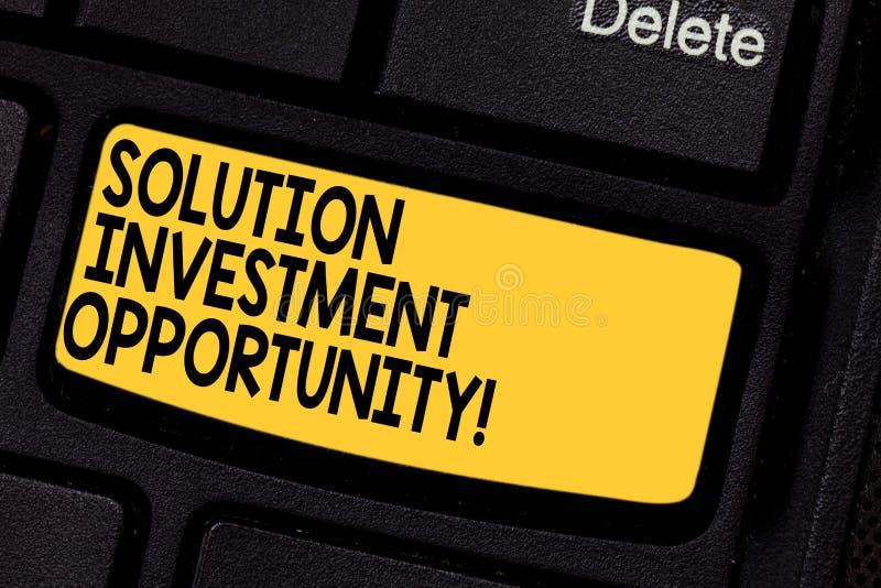 手写文本解答投资机会 意味战略的概念在承担企业键盘键前 库存图片
