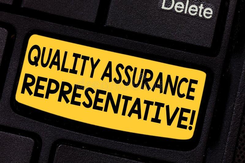 手写文本质量管理代表 概念意思开发并且实施质量管理键盘键 免版税库存图片