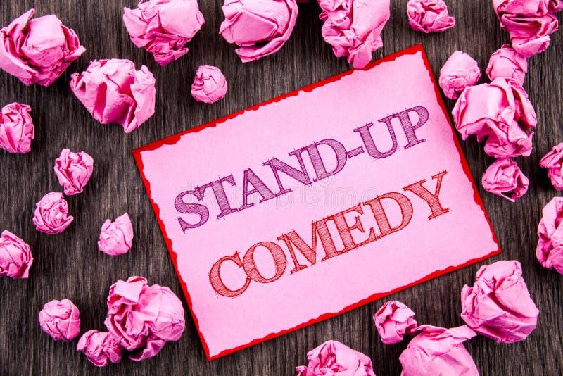 手写文本陈列站立喜剧 在桃红色Sti写的企业照片陈列的娱乐俱乐部乐趣展示喜剧演员夜 库存图片