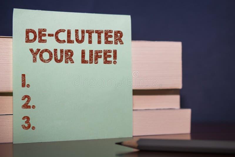 手写文本De Clutter Your生活 概念意味从不整洁或过度拥挤的地方去除多余的项目紧密 免版税库存图片