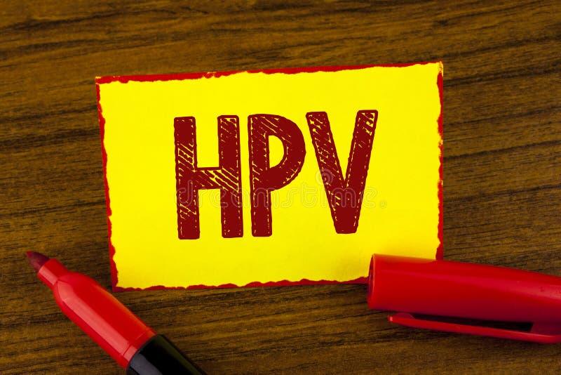 手写文本Hpv 意味人的乳头瘤病毒科传染性病病症的概念写在黄色稠粘 免版税库存图片