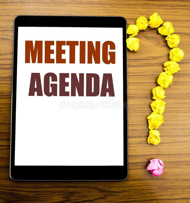 手写显示会议议程的公告文本 企业在有木ba的片剂写的日程表计划的企业概念 免版税库存照片
