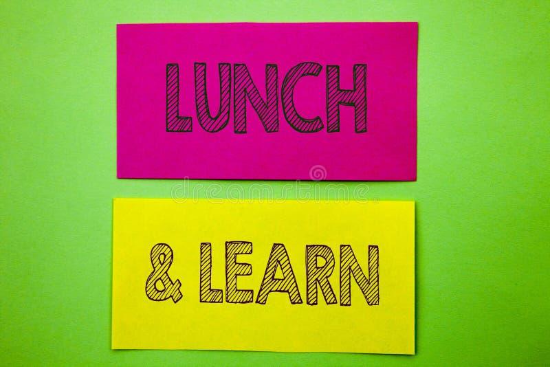 手写显示午餐的公告文本和学会 在稠粘的笔记写的概念性照片介绍训练委员会路线 免版税库存照片