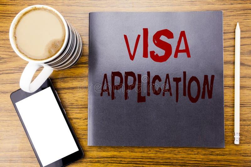 手写显示签证申请的公告文本 护照的企业概念在笔记薄便条纸申请写,木 免版税图库摄影