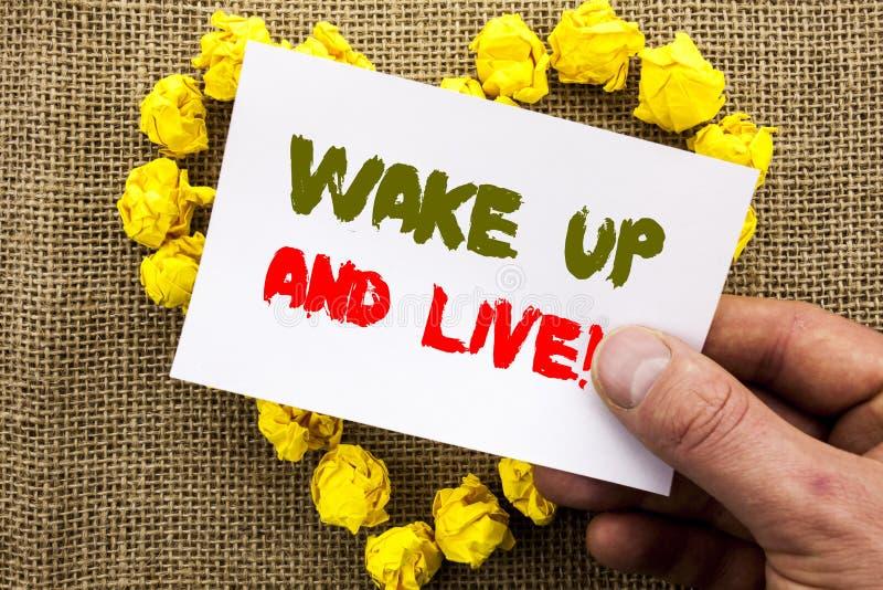 手写的文本标志陈列醒并且居住 概念性在稠粘写的照片诱导成功梦想活生活挑战 库存照片