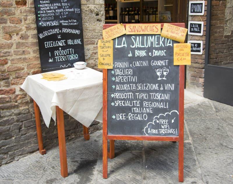 手写的菜单在外部意大利人餐馆 免版税图库摄影