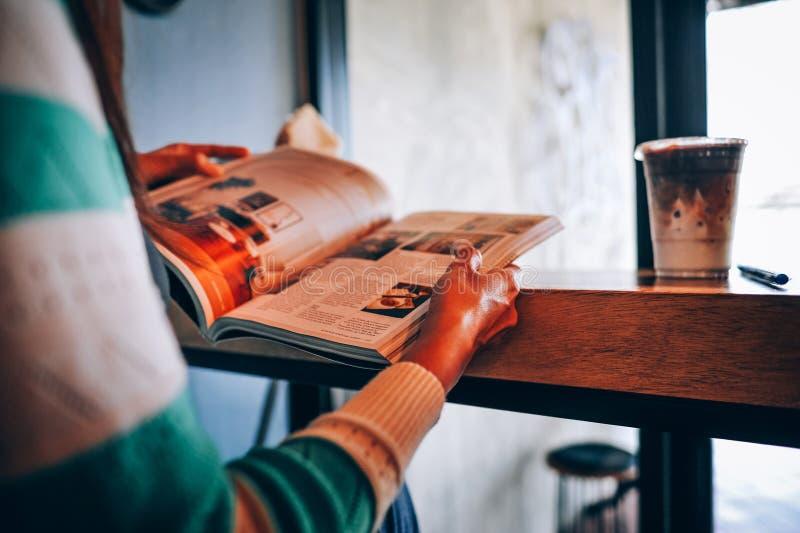 手和书读了在业余时间的书 对新闻 Enhanc 库存图片