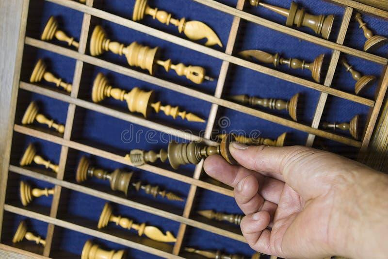 手和国际象棋棋局 免版税库存照片