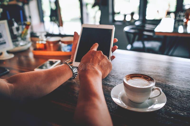 手和要做busi的生意的计算机工作和技术 免版税库存照片