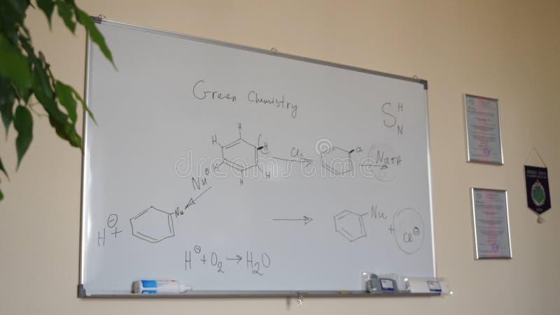 手图画化学式 在一个白色黑板的有机化学式 黑板化学式 库存图片