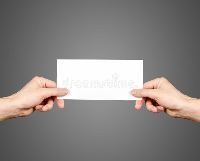 手在手上的拿着空白的小册子小册子 传单介绍 免版税库存照片