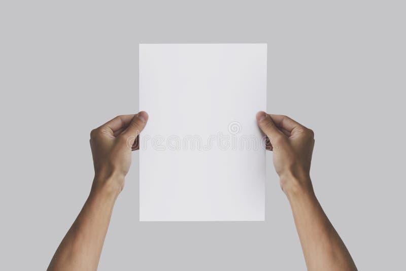 手在手上的拿着A4纸 传单介绍 Pamphle 图库摄影