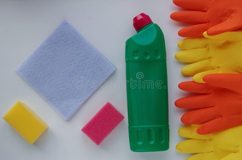 手套和清洁产品家的 在选项的肥皂洗碗布 库存图片