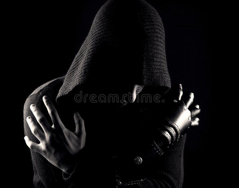 手套的情感,年轻和可爱的刺客在黑背景 库存照片